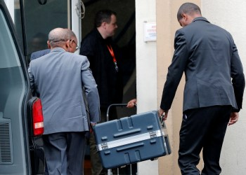 Men unload a case containing the black boxes from the crashed Ethiopian Airlines Boeing 737 MAX 8 outside the headquarters of France's BEA air accident investigation agency in Le Bourget, north of Paris, France, March 14, 2019.   REUTERS/Philippe Wojazer