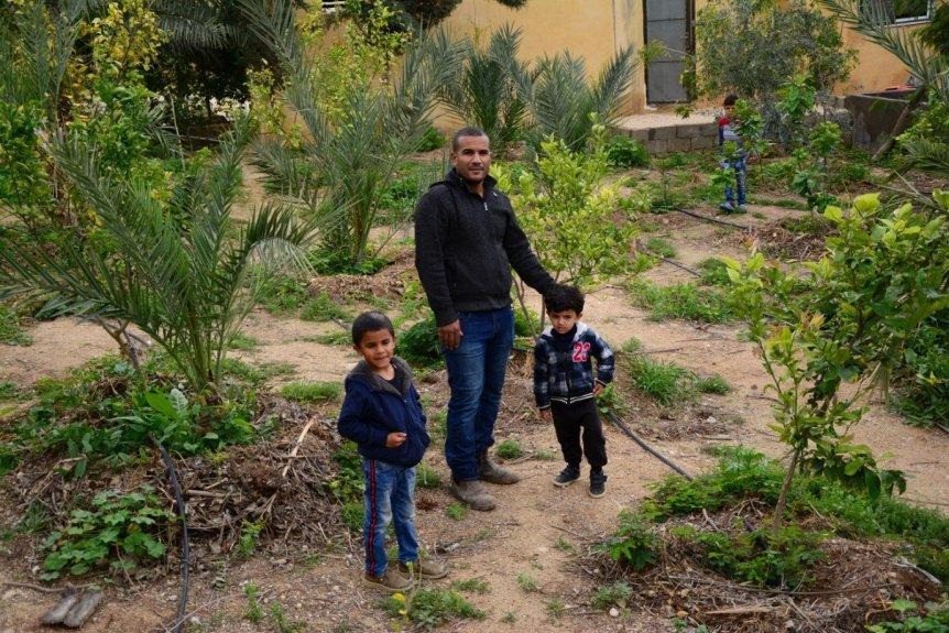 Hayel Abu Yahya und seine Familie verwalten die Farm von Greening the Desert. (Marta Vidal / MEE)