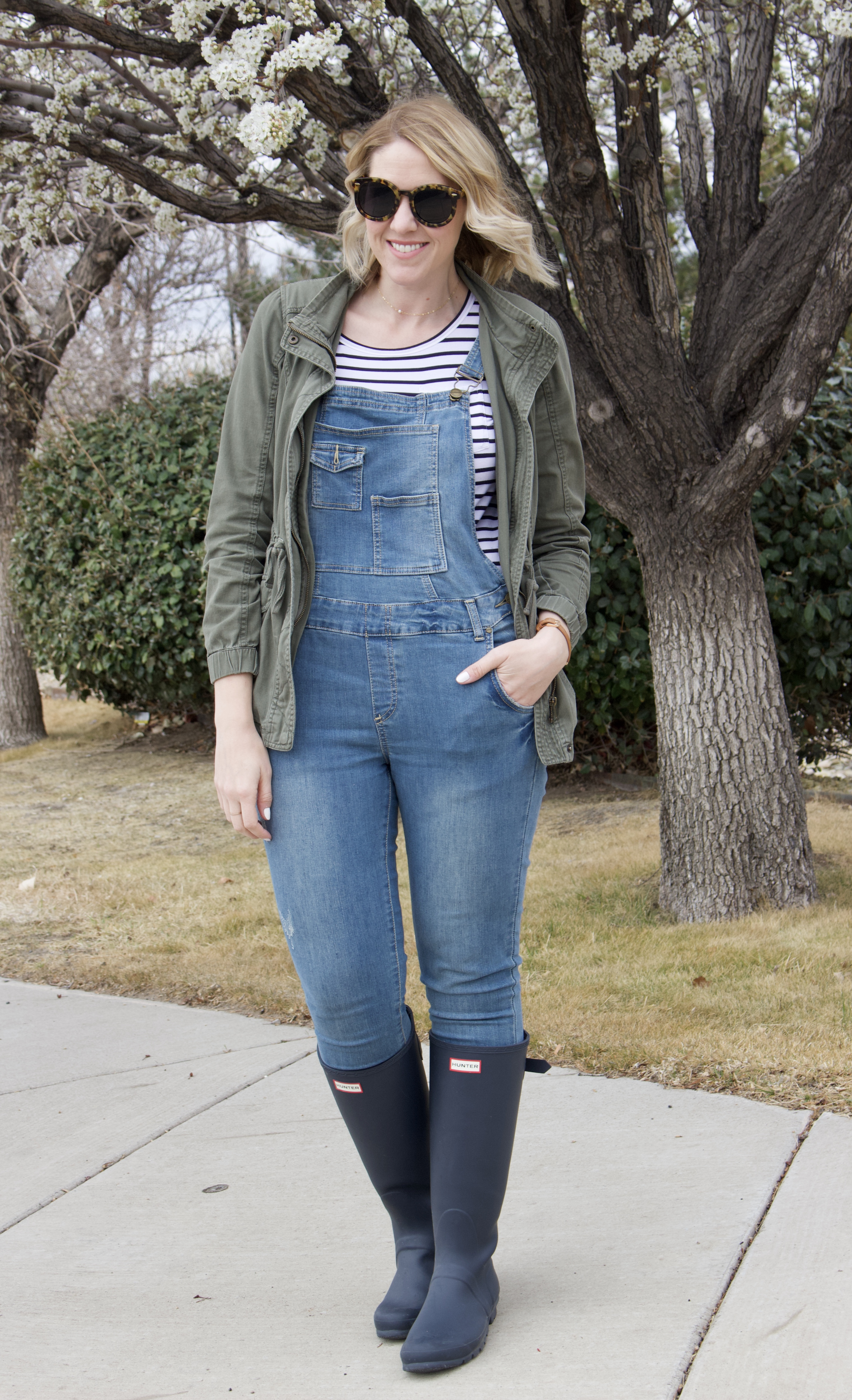 cute overalls outfit with hunter boots #momstyle #springstyle #overallsoutfit
