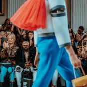 ファッションショーで女性が歩いている