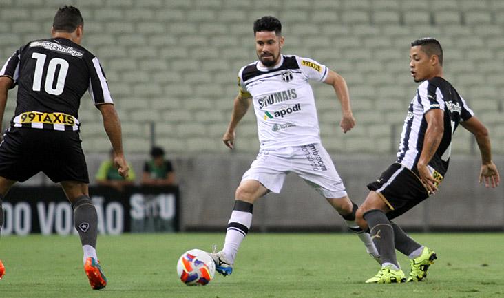 Mesmo muito marcado em campo, o meio-campista Ricardinho teve boa participação no ataque
