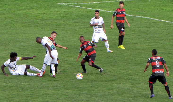 A marcação e as divididas marcaram o duelo entre Guarany e Ceará, neste domingo