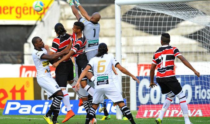 A defesa alvinegra foi muito exigida, mas mostrou força, apesar dos gols sofridos