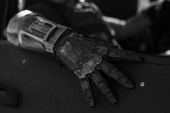 logan-e Nova imagem mostra braço mecânico do vilão em Logan