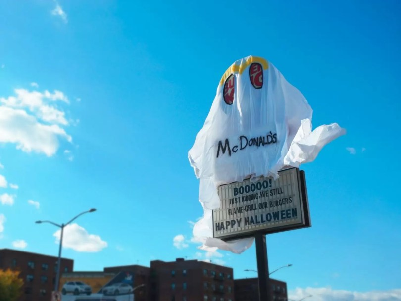 burger king vestido mcdonalds acao halloween 4 - Loja da BurgerKing se fantasia de McDonald's no Haloween