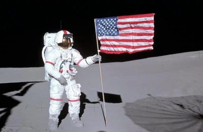 Alan Shepard segura a bandeira americana na Lua - Space Today Responde: Onde foram parar as Estrelas?