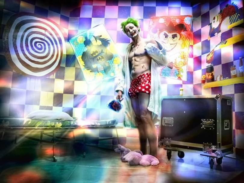 9 Joker 593848ca9d3c6  880 - 10 fotografias de uma coleção de arte que retrata heróis em situações humanas