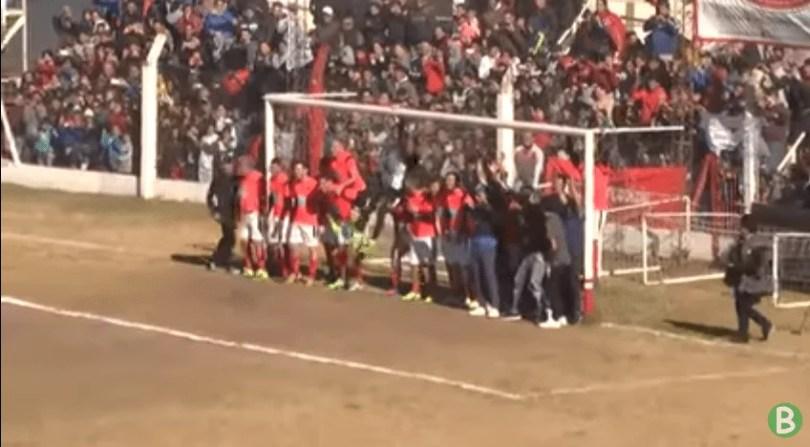 falta de dybala com muita gente debaixo do gol - Jogador Dybala é desafiado a fazer um gol diferente