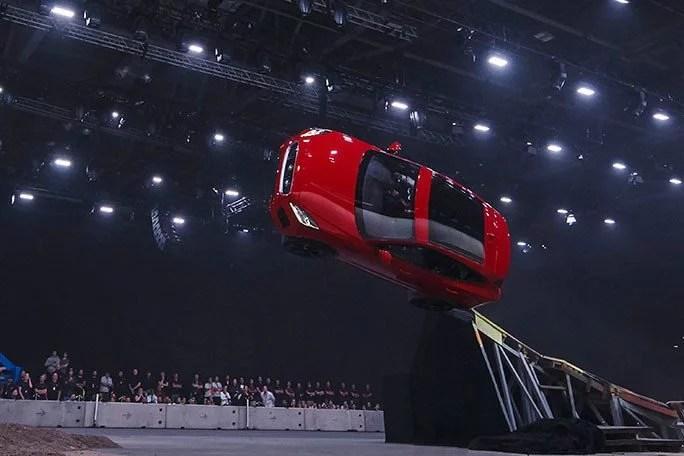 Fotos, Curiosidades, Comunicação, Jornalismo, Marketing, Propaganda, Mídia Interessante jaguar-Furthest-barrel-roll-in-a-production-vehicle-Jaguar_tcm25-481780 Terry Grant: O primeiro motorista a dar 360 em um carro Curiosidades Vídeos  carro em 360