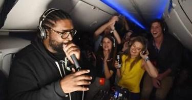 delta festa silencioa em avião - Festa no ar: Delta fez primeira balada silenciosa com DJ durante viagem de avião
