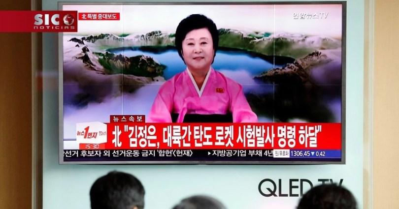 Fotos, Curiosidades, Comunicação, Jornalismo, Marketing, Propaganda, Mídia Interessante tv-estatal-norte-coreana-tv-coreia-do-norte-jornalismo Conheça a velhinha que pode anunciar o fim do mundo com um sorriso no rosto Curiosidades Televisão  anunciar o fim do mundo