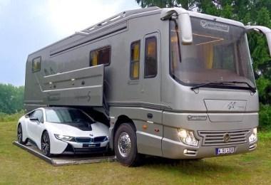 """Para a maioria das pessoas, o termo """"motorhome"""" não gera exatamente """"luxo"""". Uma empresa alemã, no entanto, está implorando para diferir, e eles acabaram de lançar uma besta-sobre-rodas de $ 1,7 milhões que faz com que o seu GM de 1973 seja um caminhão Hot Wheels. O Performance S é o modelo mais recente da série de motorhomes louvada do Volkner Mobil, e muito parecido com seus predecessores, é basicamente um hotel de 5 estrelas que você pode estacionar onde quiser. O elegante e deslumbrante veículo de 40 pés contém uma cama de casal, uma cozinha totalmente equipada, uma espaçosa sala de estar e uma casa de banho aquecida. No caso de tudo isso não é apenas uma alta sociedade para você, a caravana elegante ainda possui uma garagem com elevador eletrohidráulico, e combina com tudo de uma Ferrari a uma Mercedes. Então, se você está com vontade de partir na estrada aberta, mas você não está pronto para deixar o conforto da sua cobertura e seu amado Lambo, o Performance S pode ser o navio de aventura perfeito para você - desde que você tenha cerca de 2 milhões de dólares por toda parte para poupar. Desloque-se para ver isso por si mesmo, e conte-nos nos comentários, se você levaria esse garoto ruim para dar uma volta. Este é o Volkner Mobil Performance S, o motorhome mais luxuoso que você já viu Dentro do veículo de 40 pés e 1,7 milhões de dólares, você pode encontrar um hotel de 5 estrelas sobre rodas Está equipado com uma cozinha completa ... Uma confortável cama de casal ... Um banheiro aquecido ... E o melhor de tudo, uma garagem eletrohidráulica grande o suficiente para caber de uma Ferrari a uma Mercedes Comichão para bater na estrada, mas não pode fazê-lo sem o seu estilo de vida """"extra""""? Este é o passeio para você"""