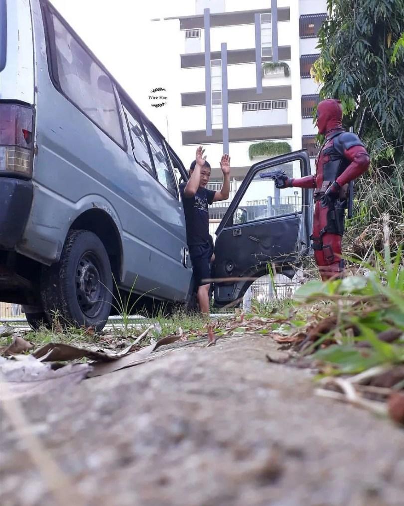 jogo de camera 5 - Homem tira fotos com super-heróis - Genial e engraçado!