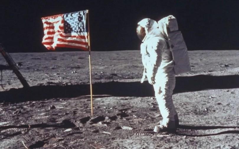 pisar na Lua novamente