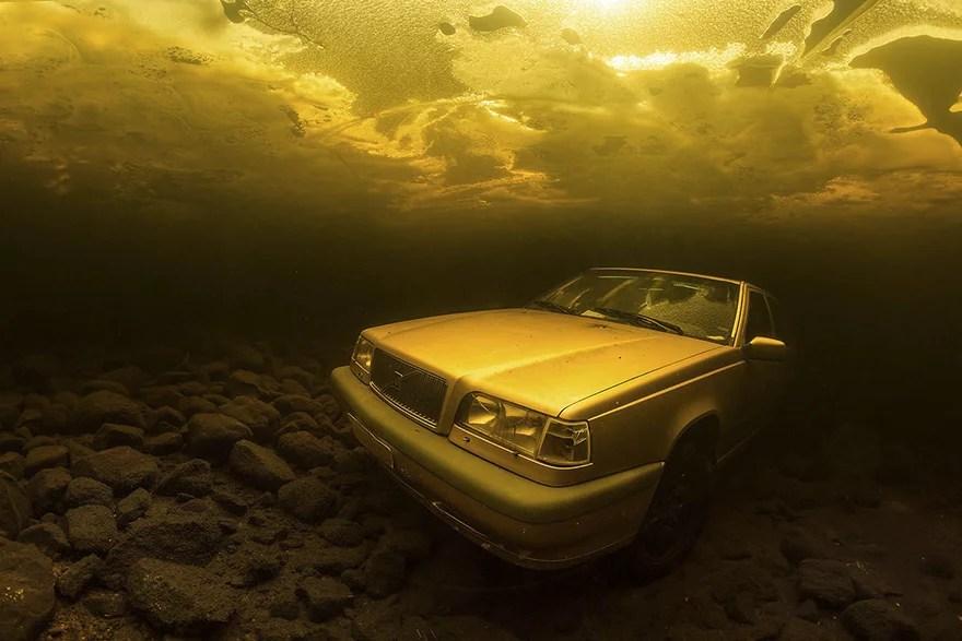 Vencedores do concurso-carro-no-lago-no-fundo-do-mar-embaixo-dagua-enchente-photography-winners-underwater-photographer-of-the-year-contest-2018-11.png