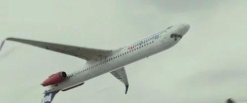 avião de cabeça pra baixo - 2014: Avião faz manobra 360º enquanto garotas dançam na Romênia