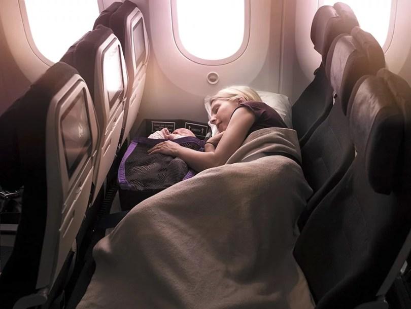 skycouch air new zealand 11 - Companhia aérea ameniza sofrimento das mães com bebês mais fácil