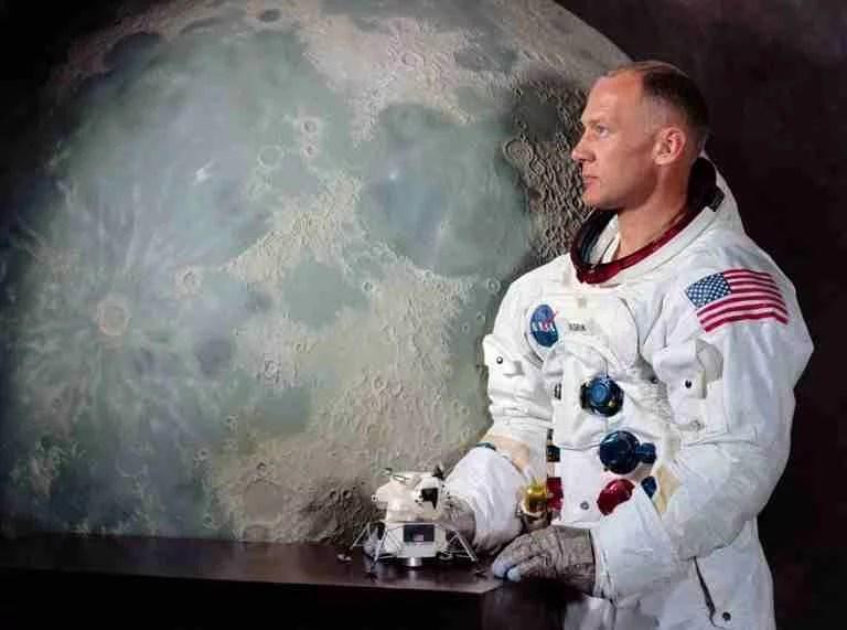 z foto rara preparação neil armstrong 1 compressed - Fotos raras da preparação de Neil Armstrong antes de ir a Lua
