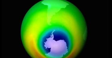 buracocamada de ozonio  - O que fez o cachorro ao ver a porta da igreja aberta?