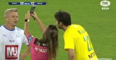 kaka tira selfie com arbitra durante amistoso de lendas entre brasil e israel 1572380572731 v2 900x506 - Youtuber faz receita da Coca-Cola original de 1886