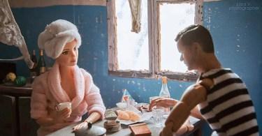 Fotógrafo capturou a vida de Barbie e Ken em sua casa eslava - Fotógrafa Argentina recria foto antiga com a mesma pessoa anos depois