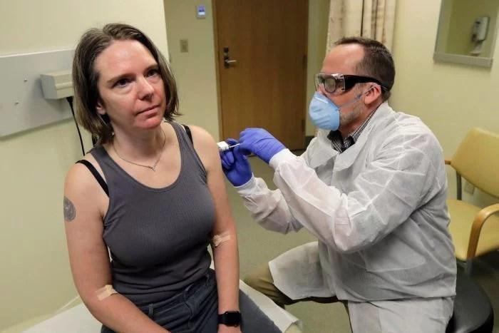 Jennifer Haller foi a primeira pessoa a ser injetada com uma candidata a vacina COVID - Mulher se torna primeira pessoa a não ter o vírus Corona para testar vacina