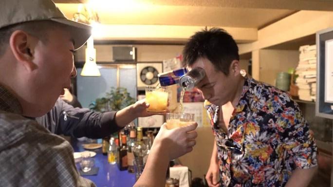 lata na cabeça - Japonês gruda latas de bebida na cabeça