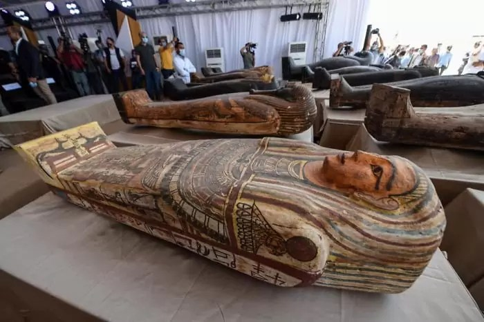 civilização egípcia se aglutinou em torno de 3 100 a.C. - Veja o momento em que egípcios abrem um sarcófago de 2.500 anos