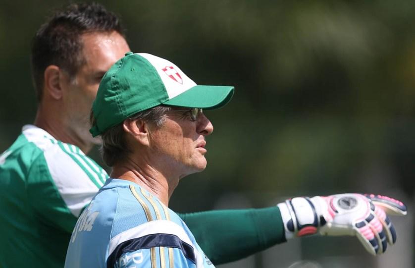 Oswaldo conversa com o goleiro Fernando Prass durante treino na Academia de Futebol. (Cesar Greco/Ag. Palmeiras/Divulgação)