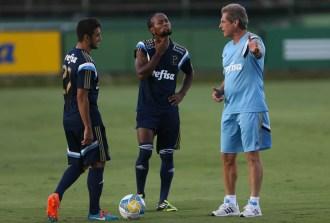 Oswaldo de Oliveira e Zé Roberto conversam durante treino na Academia de Futebol. (Cesar Greco/Ag. Palmeiras/Divulgação)