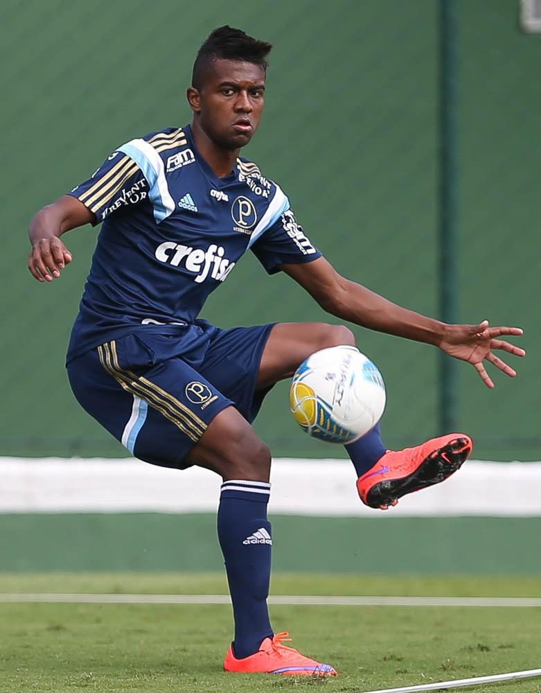 O atacante Kelvin está recuperado e pode jogar no domingo (19), contra o Corinthians. (Cesar Greco/Ag. Palmeiras/Divulgação)