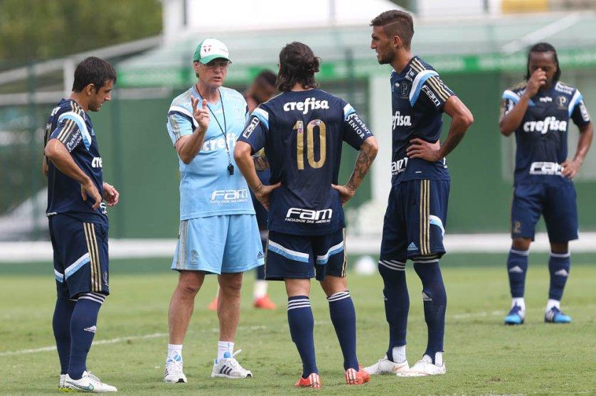 Oswaldo de Oliveira esboçou o time para o Derby de domingo. (Cesar Greco/Ag. Palmeiras/Divulgação)