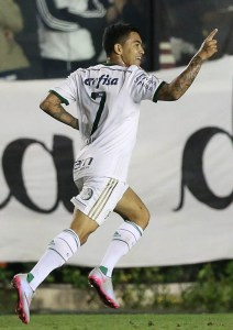 Dudu fez o segundo gol da partida, após falha do goleiro adversário.
