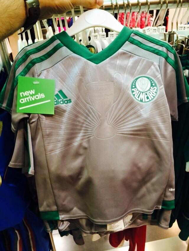 Modelo infantil da nova terceira camisa do Palmeiras, com a Taça Savóia em destaque. (Divulgação)