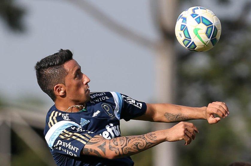 Apresentado nesta semana, Lucas Barrios foi relacionado para o clássico de domingo (19). (Cesar Greco/Ag. Palmeiras/Divulgação)