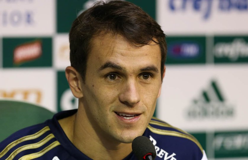 Lucas concedeu entrevista coletiva na Academia de Futebol. (Cesar Greco/Ag.Palmeiras/Divulgação)