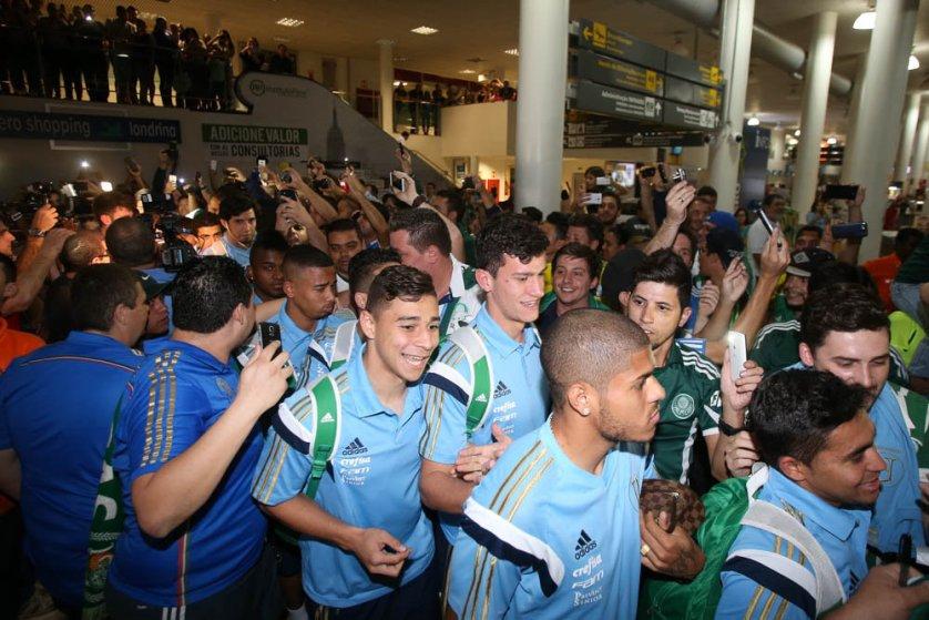 Torcida do Palmeiras lota aeroporto para a chegada do time na cidade paranaense. (Cesar Greco/Ag. Palmeiras/Divulgação)