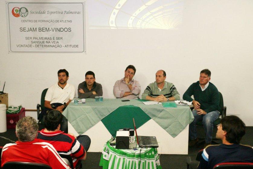 O diretor de futebol, Alexandre Mattos, e o gerente de futebol, Cícero Souza, participaram do encontro com representantes dos departamentos da base. (Fabio Menotti/Ag. Palmeiras/Divulgação)