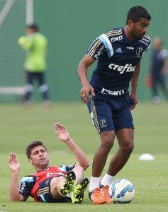 Desfalque contra o Inter, Thiago Santos participou da atividade desta quinta-feira (1). (Cesar Greco/Ag.Palmeiras/Divulgação)