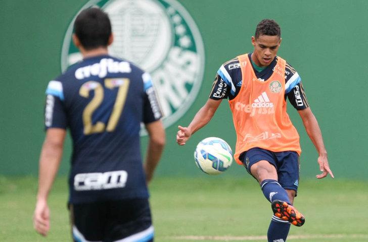 Juninho, que já disputou dois jogos no time profissional, treinou com o grupo. (Cesar Greco/Ag.Palmeiras/Divulgação)