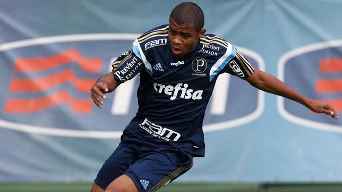 O lateral-direito Taylor, das categorias de base do Verdão, está na lista de relacionados. (Cesar Greco/Ag. Palmeiras/Divulgação)