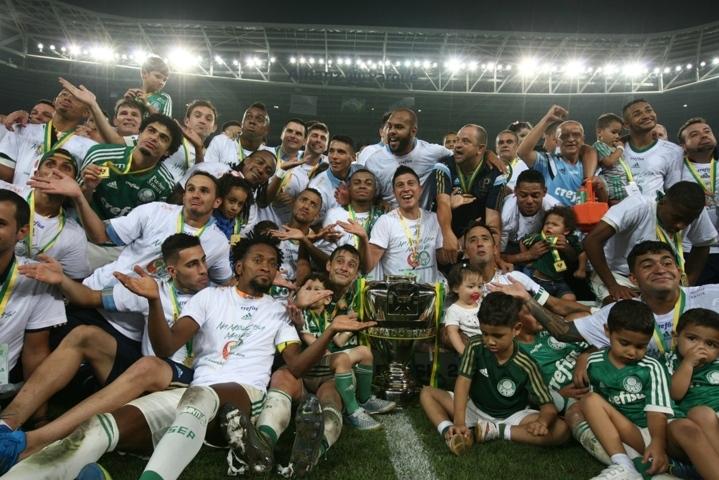 O time campeão da Copa do Brasil 2015 comemora com a taça