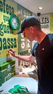 O goleiro Fernando Prass visitou a Academia Store do Shopping Ibirapuera e fez a festa dos torcedores presentes. (Divulgação Academia Store)