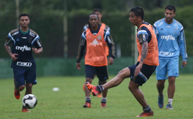 O atacante Lucas Barrios fez belo gol em primeiro coletivo do ano. (Cesar Greco/Ag. Palmeiras/Divulgação)