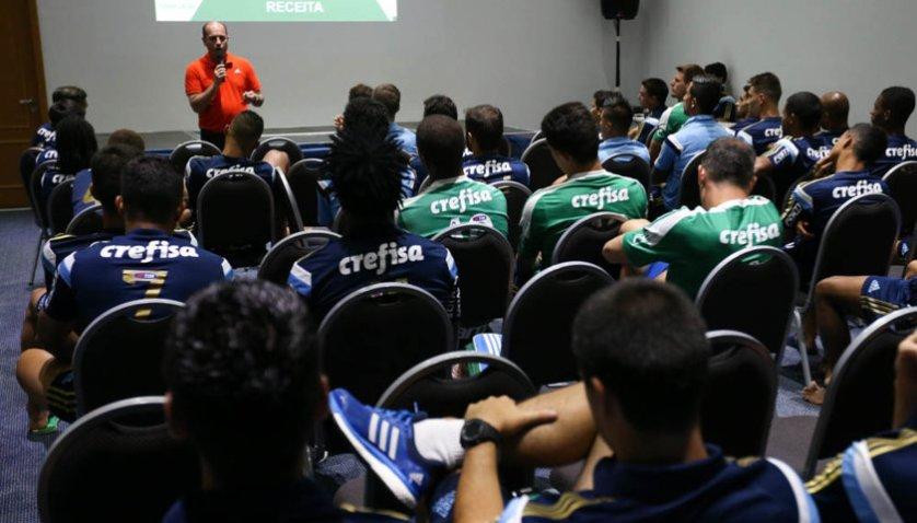 Gerente Cícero Souza comandou reunião com o grupo palestrino na noite desta sexta-feira (15). (Cesar Greco/Ag.Palmeiras/Divulgação)