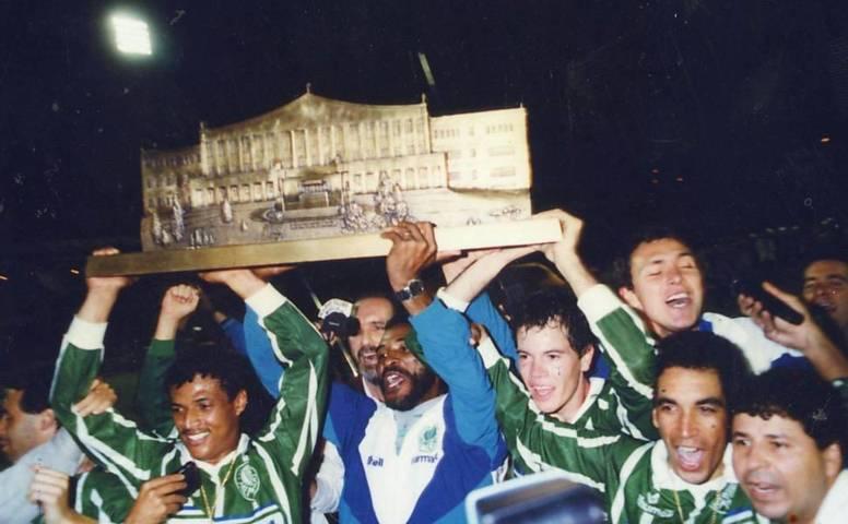 Palmeiras ergue troféu de Campeão do Campeonato Paulista de 1993. (Folha de São Paulo)