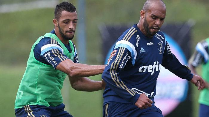 Alecsandro anotou um lindo gol de bicicleta sobre o goleiro Fernando Prass. (Cesar Greco/Ag.Palmeiras/Divulgação)