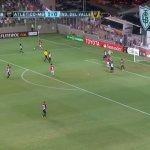 Um enorme escudo e nome do América-MG em evidência na partida do Atlético-MG pela Libertadores. (Reprodução/Sportv)