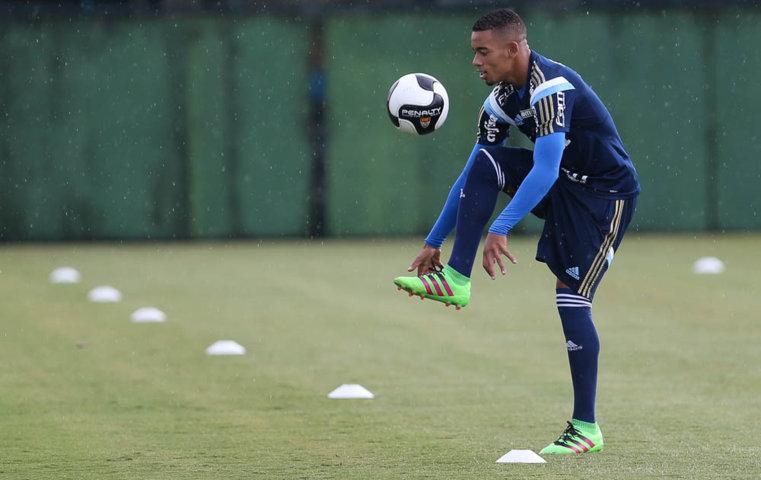 Reservas treinaram debaixo de chuva nesta quinta-feira (18). (Cesar Greco/Ag.Palmeiras/Divulgação)