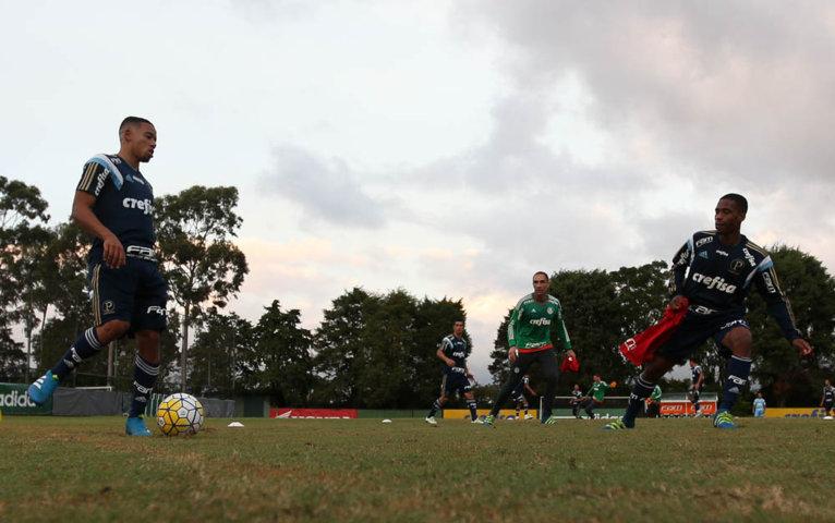 Quinta-feira (28) do Palmeiras começou com atividade físico-técnica na Academia de Futebol. (Cesar Greco/Ag.Palmeiras/Divulgação)